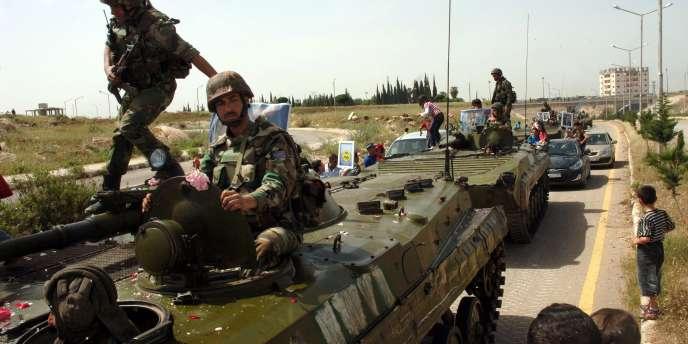 Sur cette photo provenant de l'agence de presse officielle SANA, des soldats syriens patrouillent près de la ville de Deraa, le 5  mai 2011.