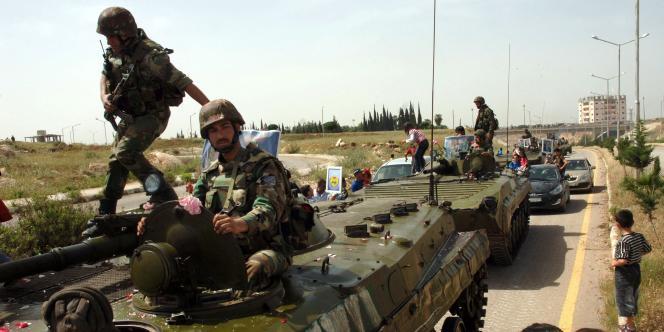 L'armée syrienne quitte la ville de Deraa, dans le sud du pays, le 5 mai 2011.