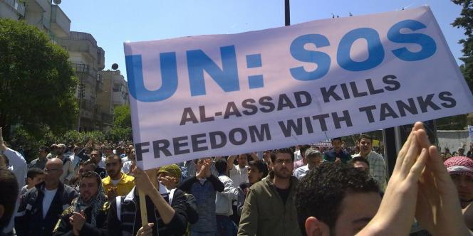 Manifestation à Homs, en Syrie, le 6 mai 2011. Photo d'un particulier prise avec un téléphone portable.