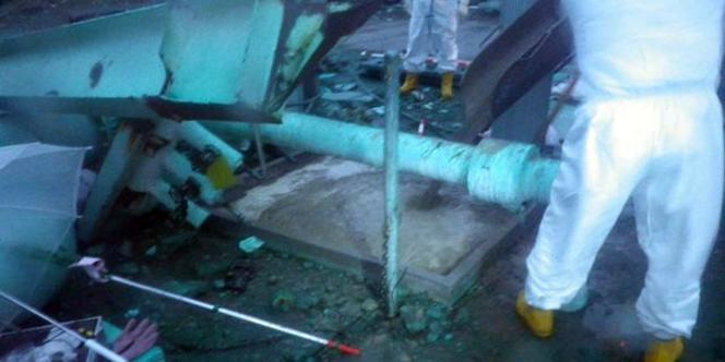 Tepco a annoncé jeudi qu'une nouvelle fuite avait été découverte dans une fosse reliée au réacteur 3, ici en cours de colmatage, le 11 mai 2011.