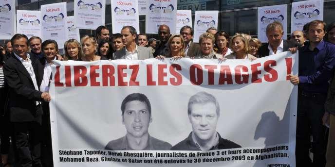 Un rassemblement de près de 300 personnes pour la libération de Stéphane Taponier et Hervé Ghesquière à Paris le 28 mai 2010.