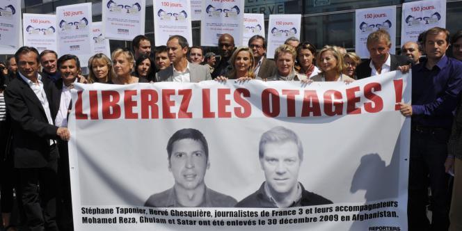Un rassemblement de près de 300 personnes pour la libération de Stéphane Taponier et Hervé Ghesquière à Paris en mai.