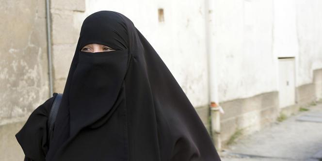 Dissimuler son visage dans l'espace public est passible de 150 euros d'amende et/ou d'un stage de citoyenneté.