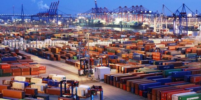 Le port de Hambourg. En juillet, l'excédent commercial allemand s'est légèrement réduit à 16,1 milliards d'euros, contre 17 milliards un mois plus tôt, selon l'institut de statistiques allemand Destatis. Les exportations ont stagné (+ 0,75 %) tandis que les importations ont progressé de 2,1 %.