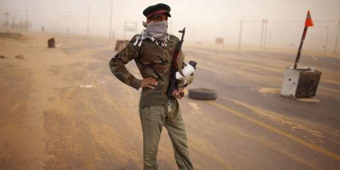 Un rebelle à un point de contrôle à Benghazi, le 11 mai 2011.