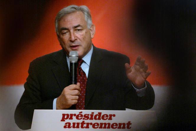 Dominique Strauss-Kahn, porte-parole du candidat Lionel Jospin en mars 2002, déclare à la presse: