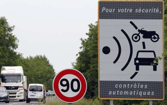 Défendu par le premier ministre, Edouard Philippe, l'abaissement de la vitesse maximale sur les routes secondaires à double sens doit entrer en vigueur le 1er juillet pour une durée d'expérimentation de deux ans.