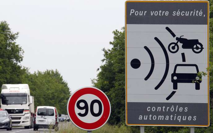 Défendu par le premier ministre, Edouard Philippe, l'abaissement de la vitesse maximale à 80 km/h sur les routes secondaires à double sens doit entrer en vigueur le 1er juillet pour une durée d'expérimentation de deux ans.