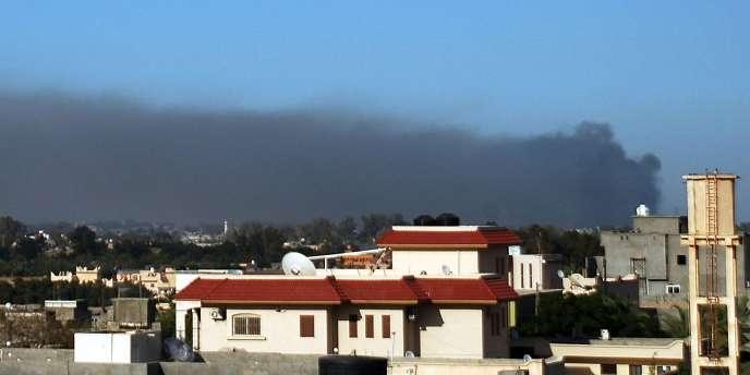 Un nuage de fumée s'élève d'un site touché par un raid de l'OTAN dans la banlieue de Tripoli, le 15 mai 2011.