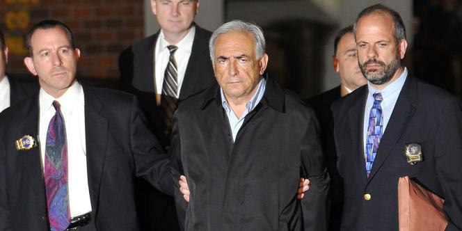 Dominique Strauss-Kahn sort menotté du commissariat de Harlem après près de trente heures de garde à vue, dans la nuit du dimanche 15 au lundi 16 mai 2011.