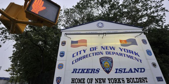 Panneau d'entrée de la prison de Rikers Island.