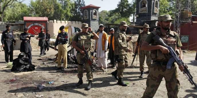 Des militaires pakistanais sur les lieux de l'attentat du 13 mai 2011.
