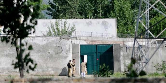 Des militaires pakistanais devant la résidence d'Oussama Ben Laden, à Abbottabad.