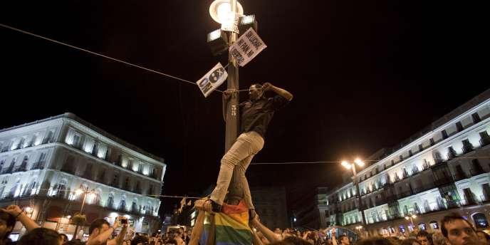 Des protestataires à la Puerta del Sol, à Madrid, mardi soir 17 mai 2011.