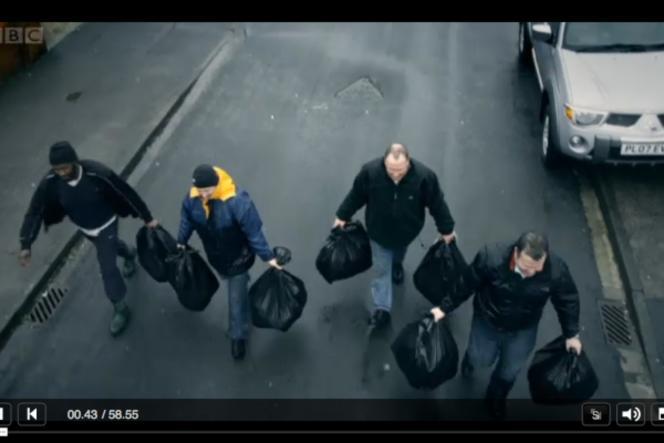 Sans ramassage des ordures, les sacs-poubelle s'amoncellent.
