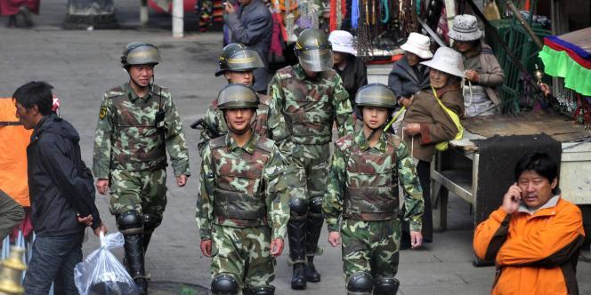 Des membres de la police patrouillent dans les rues de Lhasa, le 12 mai 2011.