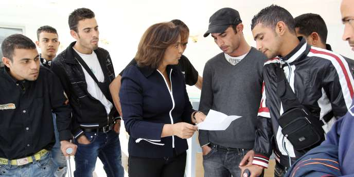 Des migrants tunisiens discutent avec leur avocate, le 8 mai 2011 à Paris.