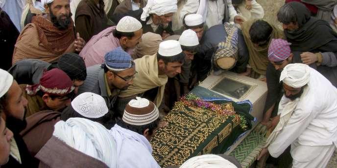 Des Pakistanais enterrent un villageois en décembre 2010, tué selon eux pas un drone américain.