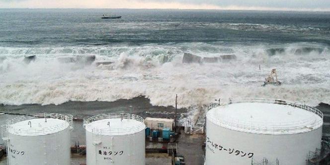 Image de la centrale de Fukushima frappée par le tsunami du 11 mars 2011.