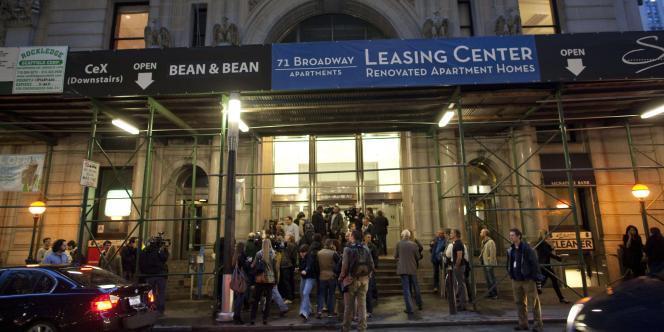 Des journalistes attendent devant l'immeuble où s'est installé Dominique Strauss-Kahn, à New York, vendredi 20 mai.