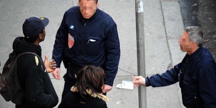 Contrôle d'identité dans les rues de Lyon, en 2008.