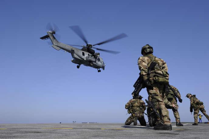 Varsovie a lancé un premier appel d'offres pour renouveler sa flotte d'hélicoptères lourds de transports de troupes. Un contrat de trois milliards d'euros pour la fourniture de 70 appareils. Eurocopter, la division hélicoptères d'EADS, est sur les rangs avec son EC 725 « Caracal » – le modèle des forces spéciales françaises.