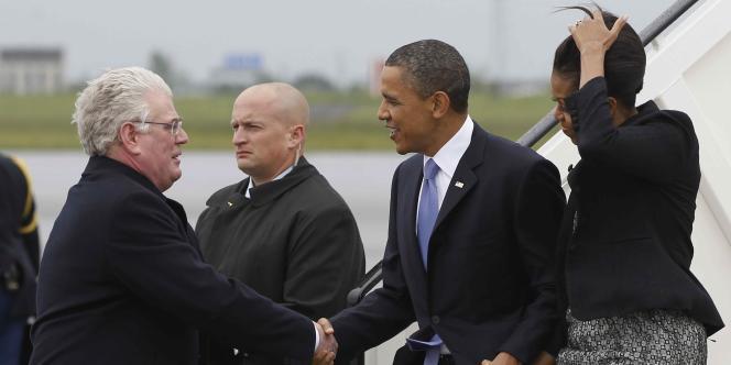 Premiers pas sur le sol irlandais pour les Obama, lundi 23 mai 2011.