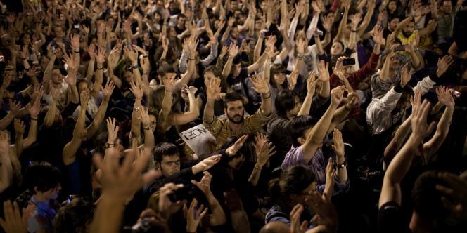 Des manifestants, place de la Puerta del Sol, à Madrid dimanche soir, le coeur de la contestation.