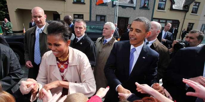 Barack et Michelle Obama se sont rendus, lundi 23 mai, à Moneygall, en Irlande, d'où viennent les ancêtres du président états-unien.