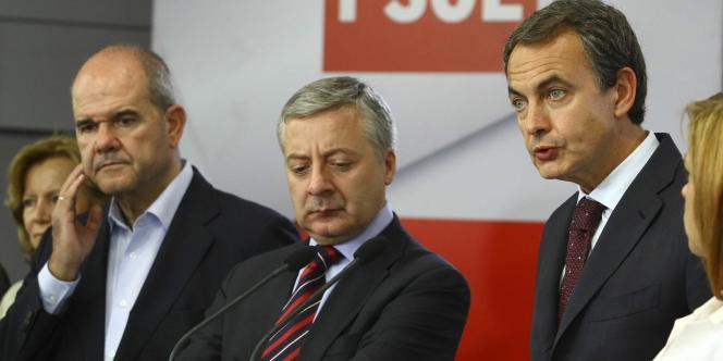 Le chef du gouvernement espagnol, le socialiste José Luis Zapatero (à droite) à Madrid, dimanche soir.