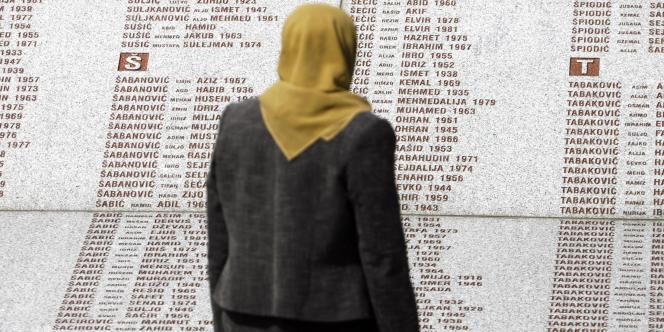 Une femme bosniaque devant le mémorial de Potocari.