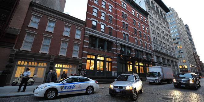 La police stationne devant la maison louée par le couple Strauss-Kahn, dans le quartier new-yorkais de Tribecaa.