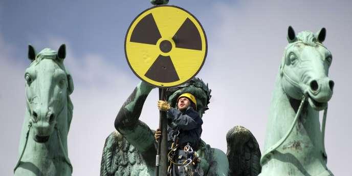 Des manifestants antinucléaires déploient un panneau sur la porte de Brandebourg, à Berlin, dimanche 29 mai.