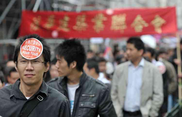 Plusieurs milliers de manifestants chinois ou d'origine chinoise, 8 500 selon la police, ont défilé dimanche dans le quartier de Belleville à Paris pour protester contre les violences dont ils sont la cible.