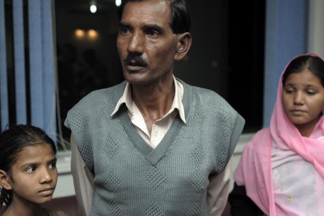 Le mari d'Asia Bibi, Ashiq Maseeh, entouré de deux de ses filles à Islamabad.