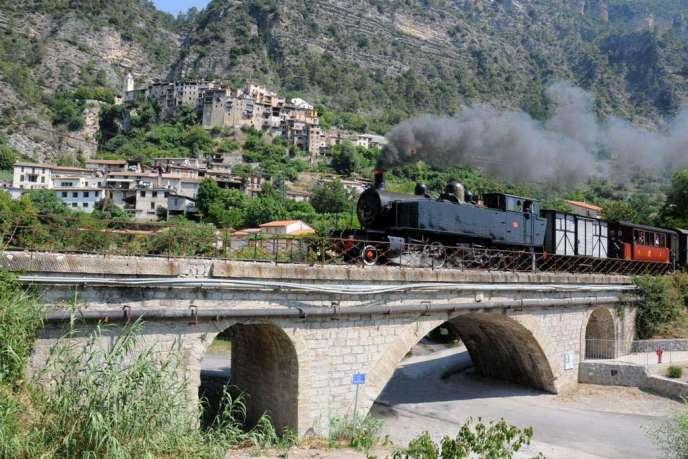 Le train des Pignes au pied du village de Touët-sur-Var.