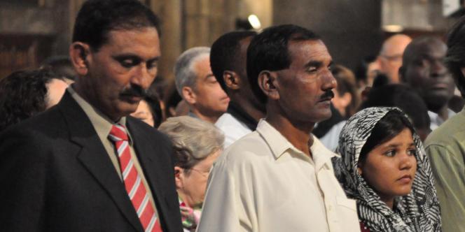 Ashiq Maseeh (au centre), et sa fille Sidra, dans la cathédrale Notre-Dame de Paris, dimanche 29 mai.