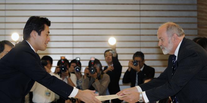 Un responsable de l'AIEA, Mike Weightman, rend ses conclusions au premier ministre japonais Naoto Kan à Tokyo, le 1er juin.