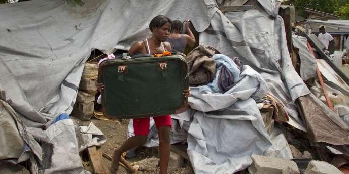 Depuis le séisme du 12 janvier 2010, de nombreux Haïtiens vivent toujours dans des camps de réfugiés, où les conditions d'hygiène restent très précaires.