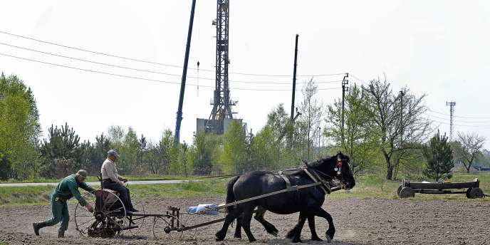 En arrière-plan, un forage de gaz de schiste à Grzebowilk, dans l'est de la Pologne, en avril 2011.
