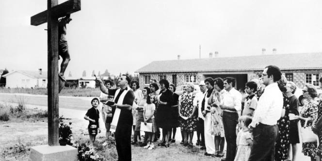 Des habitants de la commune de Lesparre-Médoc prient, le 28 juin 1976, pour que la pluie fasse son apparition et mette fin à la sécheresse qui fait des ravages dans les cultures.
