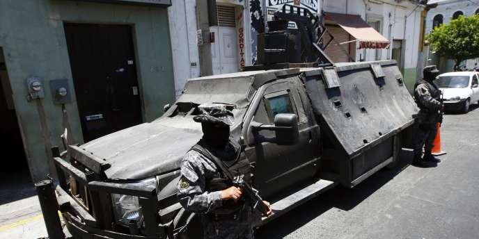 Des policiers mexicains devant un véhicule blindé appartenant aux Zetas, un puissant cartel de la drogue.