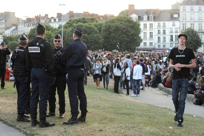 L'apéritif géant lancé sur le réseau social Facebook a réuni près de 6 000 personnes à Nantes, mercredi 1er juin.