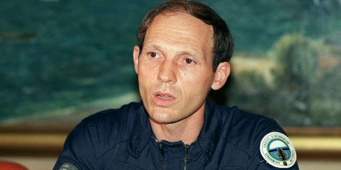 Le chef du GIGN, le capitaine Philippe Legorjus s'exprime le 5 mai 1988 à Nouméa lors d'une conférence de presse donnée quelques heures après l'assaut lancé pour délivrer les otages détenus par des indépendantistes kanaks sur l'île d'Ouvéa.