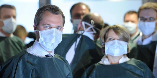 Le ministre de la santé allemand Daniel Bahr en visite dans un hôpital de Hambourg, dimanche 5 juin.