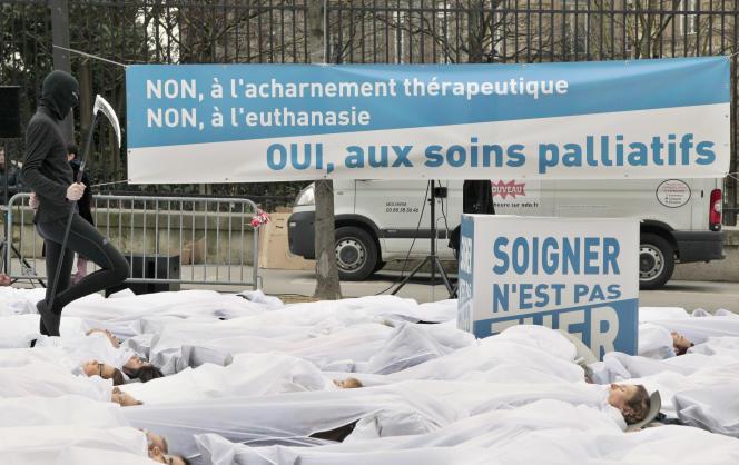 Une manifestation en faveur des soins palliatifs à Paris en janvier 2011.