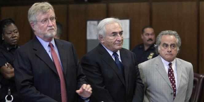 Dominique Strauss-Kahn entouré de ses avocats, lors de sa comparution du 6 juin devant la Cour suprême de New York.