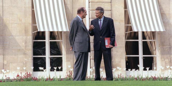 Jacques Chirac et Dominique de Villepin, alors secrétaire général de l'Elysée, le 27 avril 1996, dans les jardins de l'Elysée.