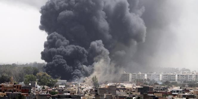 Une épaisse fumée s'élève du centre de Tripoli, la capitale libyenne, après des frappes aériennes menées par la coalition, le 7 juin 2011.