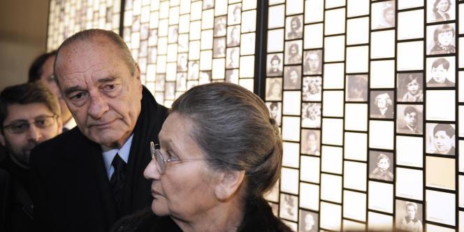Jacques Chirac et Simone Veil lors d'une exposition en mémoire des victimes de la rafle du Vel d'Hiv', à Orléans, le 27 janvier 2011.